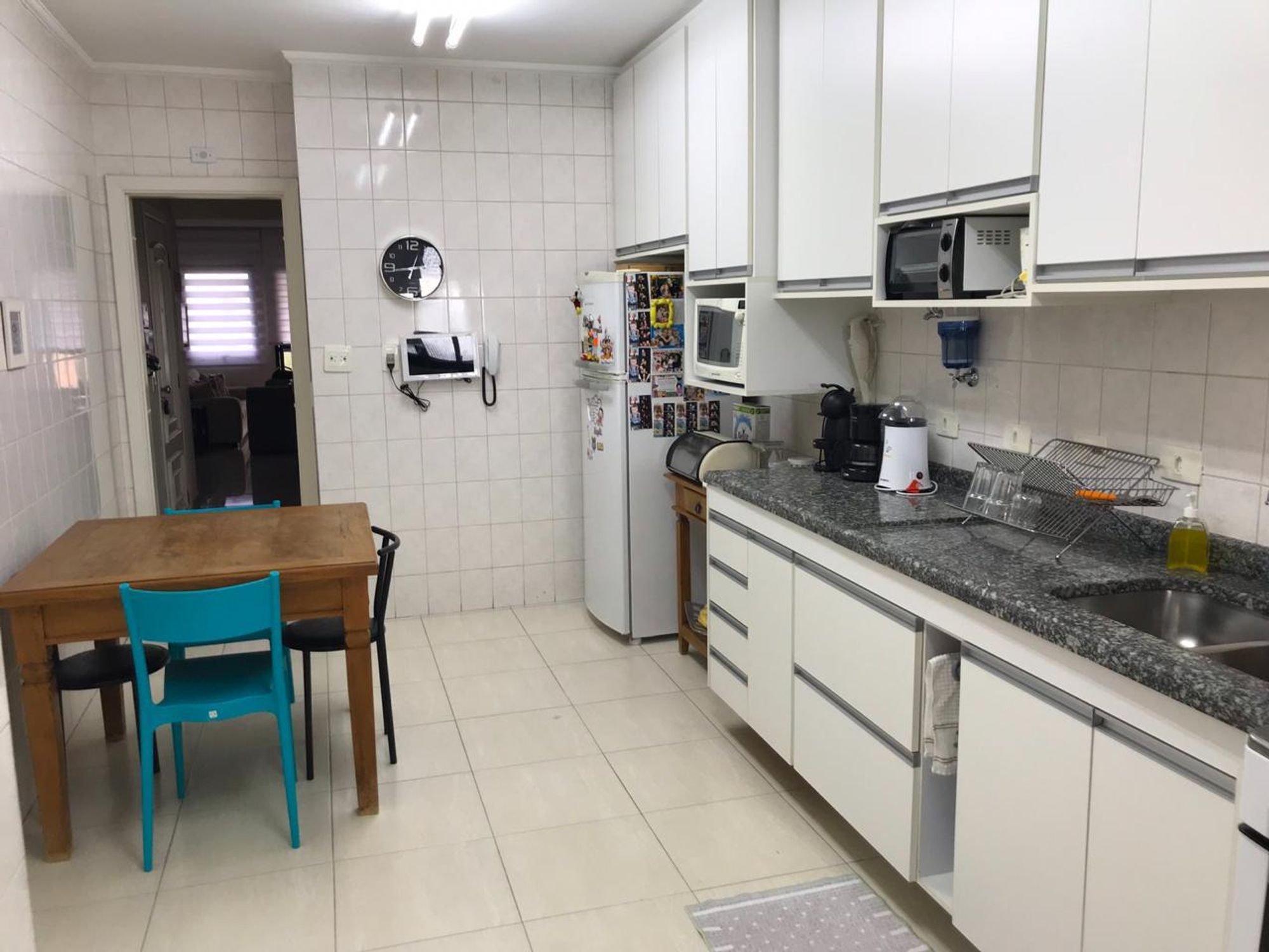 Foto de Cozinha com garrafa, geladeira, pia, cadeira, microondas, mesa de jantar