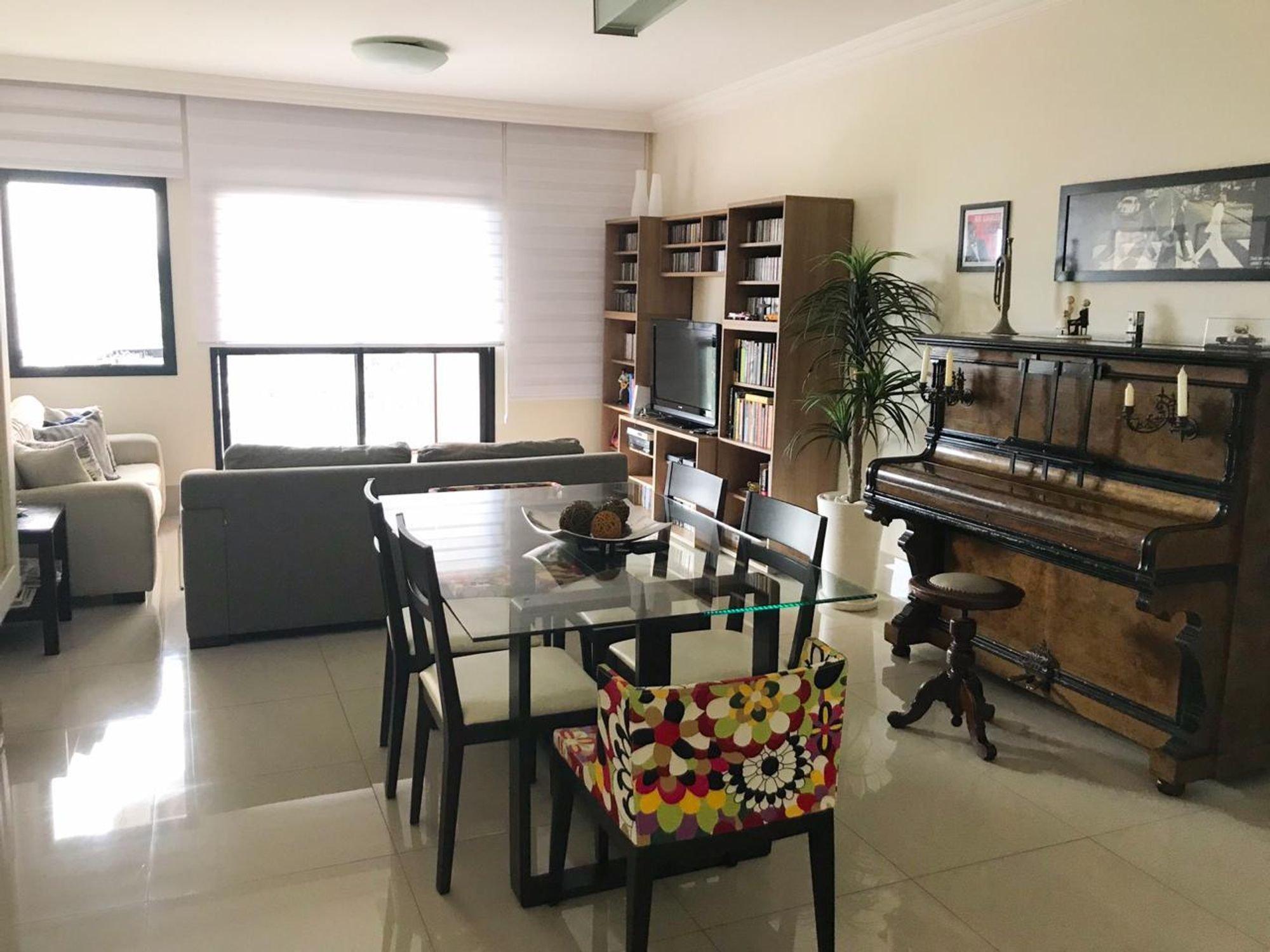 Foto de Sala com vaso de planta, sofá, tigela, cadeira, mesa de jantar, livro