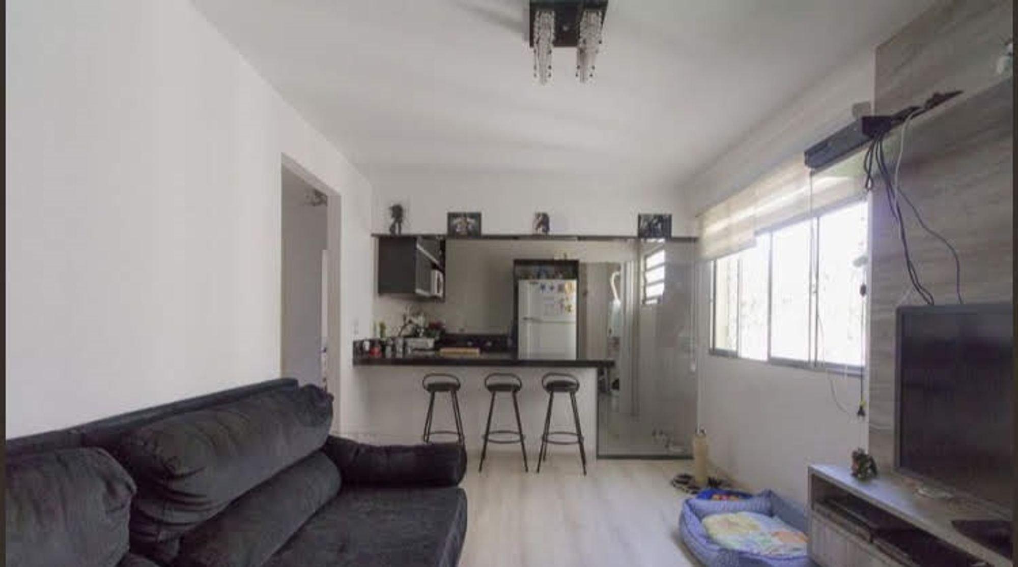 Foto de Sala com sofá, televisão, geladeira, cadeira