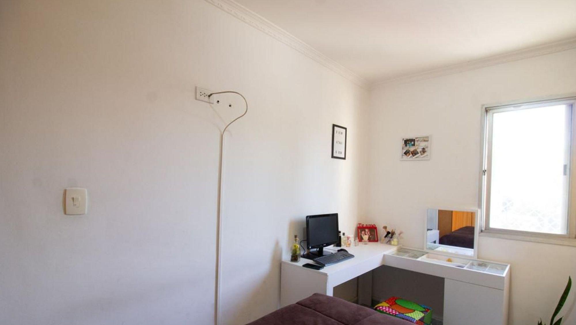 Foto de Sala com teclado, televisão, garrafa
