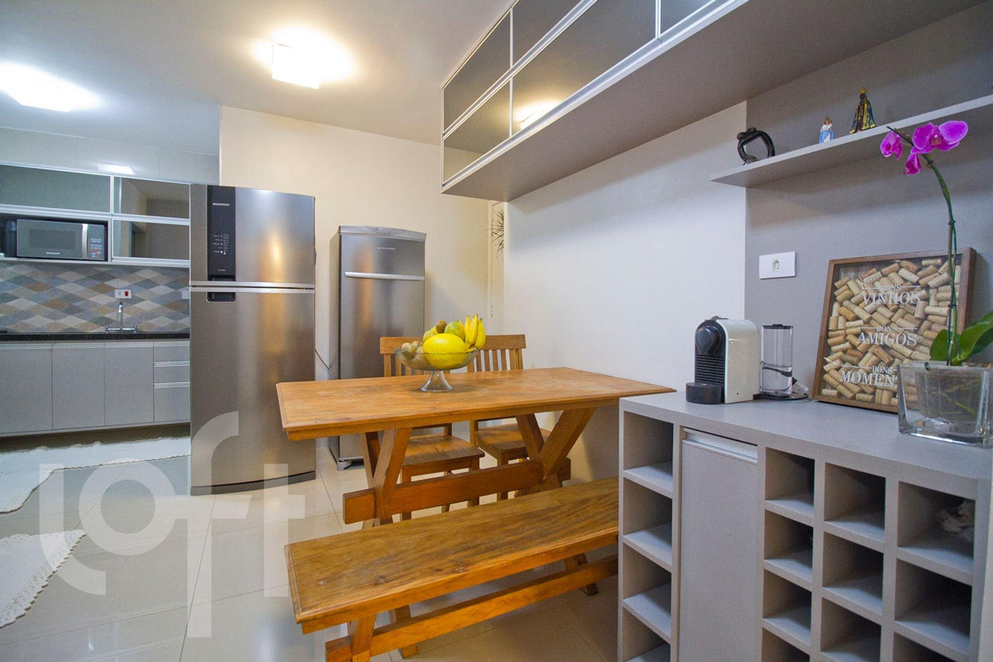 Foto de Cozinha com banco, geladeira, mesa de jantar