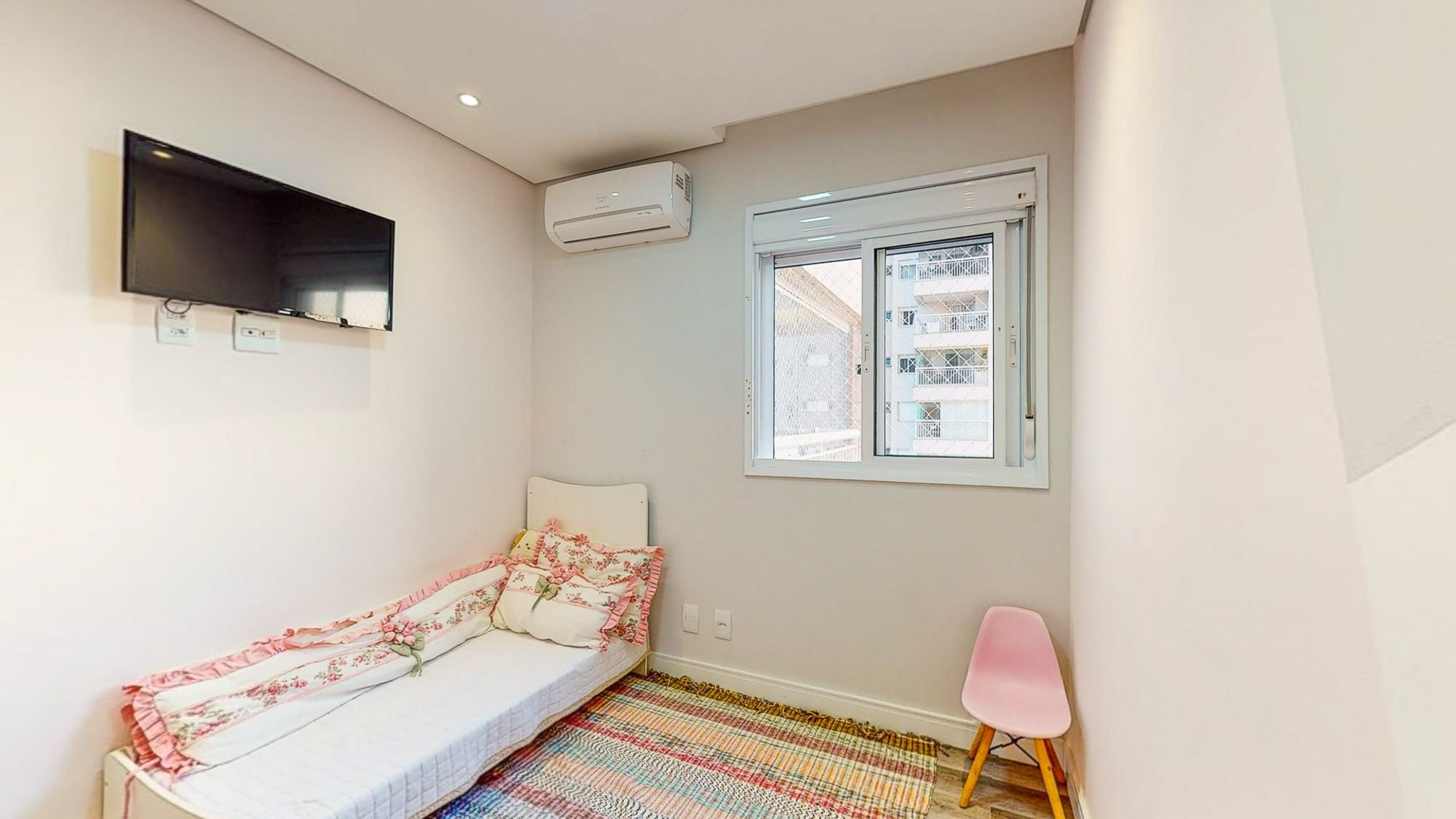 Foto de Sala com cama, televisão, cadeira