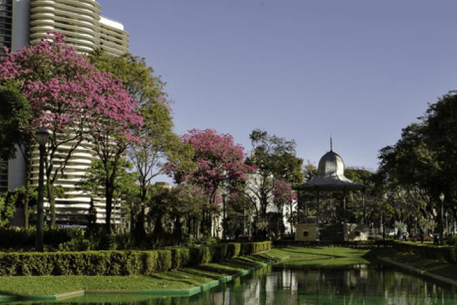 Foto da praça da liberdade e ao fundo o Edifício Niemeyer que fica localizado no bairro Funcionário em Belo Horizonte