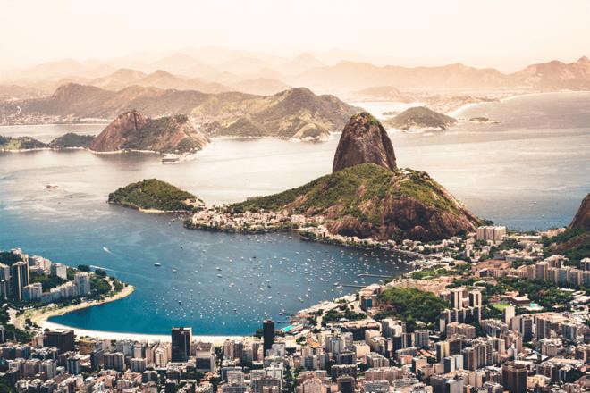 Foto da Baía de Guanabara e ao fundo o Pão de Açucar. Um cartão postal do Rio de Janeiro