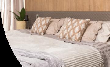 Imagem de uma cama com almofadas